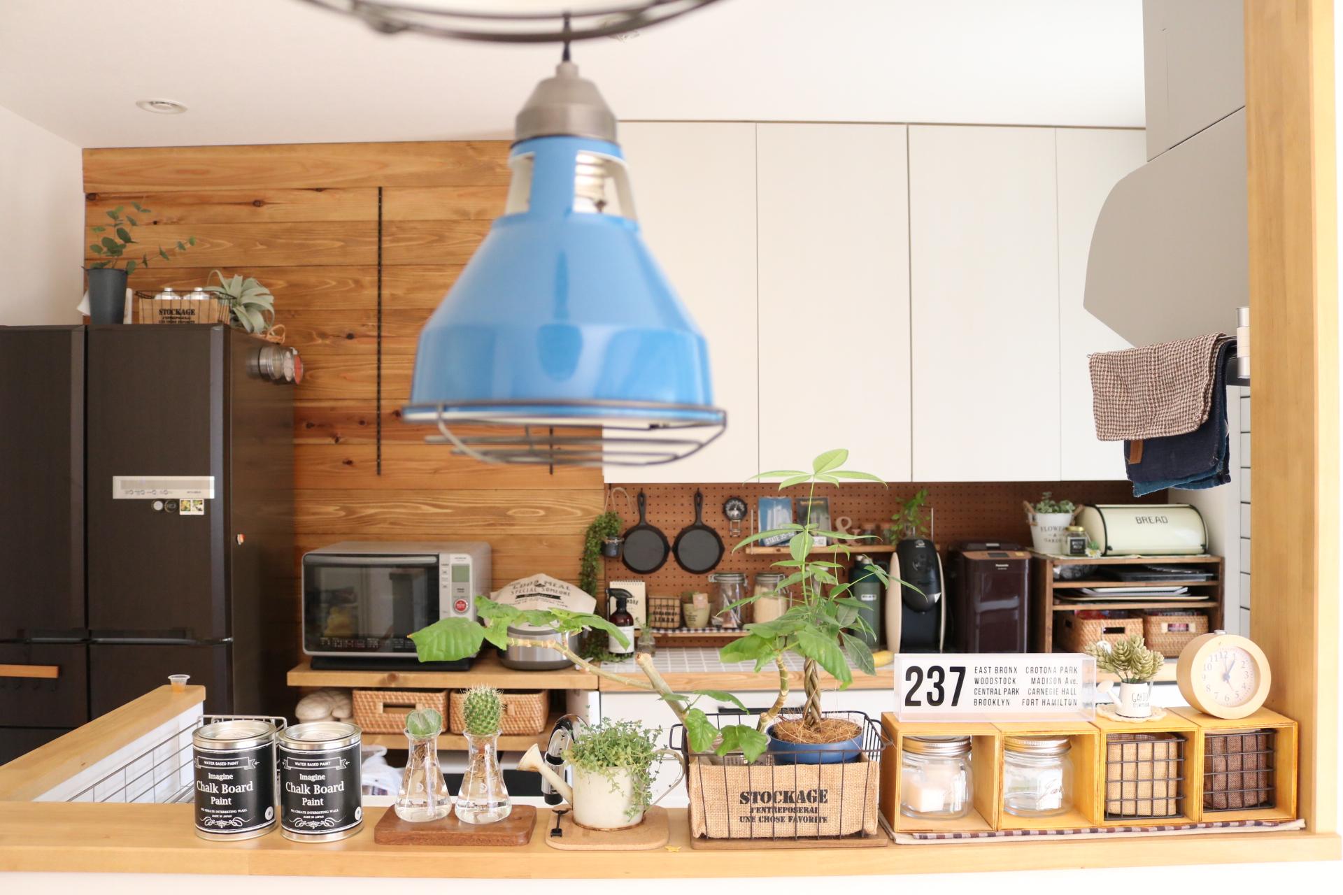 壁紙も食器棚も真っ白だったキッチン 大好きなカフェ風に近付けた