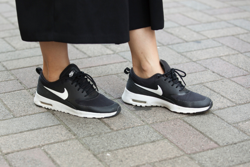 洋服をきれいめにまとめたとき、足元をスニーカーでハズすとダサくならずに済みます。黒だから落ち着いた雰囲気になるし、軽くて歩きやすいので、ついついこの