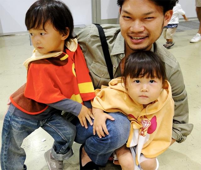 左から、翔太くん(3歳)、鈴木さんパパ、紗雪(さゆき)ちゃん(2歳)